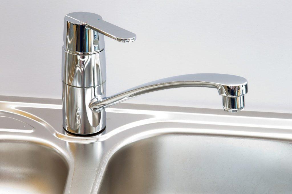 Comment réparer un robinet de cuisine qui coule ?